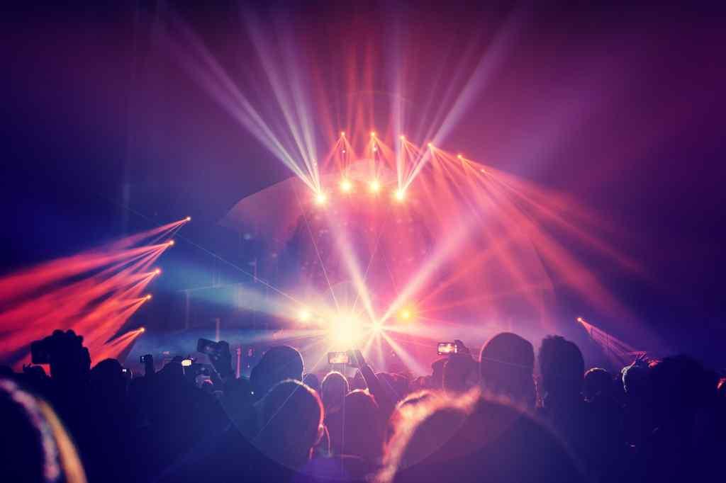 照明に照らされるステージ